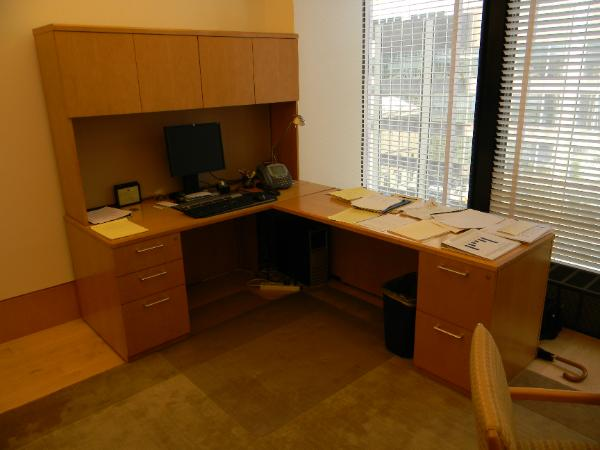 l-shape_desk_with_hutch-600x450.jpg