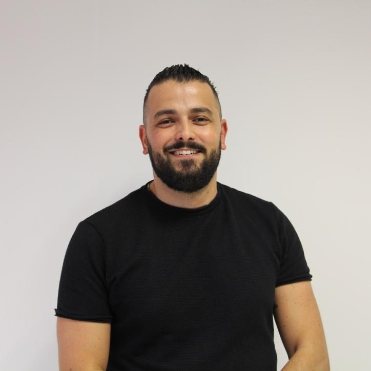 CEMIL YilmazPartner bij IZI Solutions - Cemil Yilmaz (Msc) omschrijft zichzelf als een Arabisch Turkse Tukker. De synergie ontstaan vanuit de Nederlandse, Turkse en Arabische cultuur hebben hem zowel in zijn persoonlijke als professionele ontwikkeling veel gebracht. Zijn pad kronkelde langs Mohammed Ali, sociale-/cross-culturele psychologie, het Midden-Oosten, Bali en een eigen sociale onderneming (See Why). Sinds 2016 is Cemil onderdeel van het team van IZI Solutions waar hij zich met name bezighoudt als (onderzoeks)expert op het snijvlak van multiculturaliteit en sociale vraagstukken zoals: (arbeidsmarkt)discriminatie, (jeugd)werkloosheid, onderwijssegregatie, etnisch profilering, radicalisering, vervreemding en sociale stabiliteit. Daarnaast houdt hij zich bezig met consultancy op gebied van diversiteit en inclusie. Vanaf september 2016 is Cemil mede-partner van IZI Solutions.