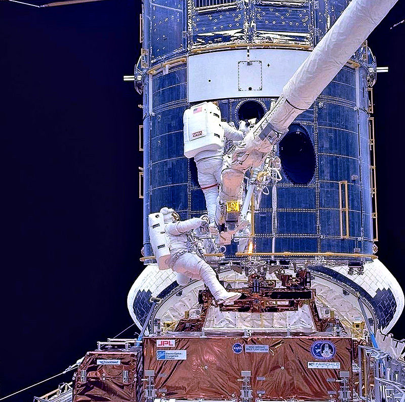 800px-Upgrading_Hubble_during_SM1.jpg