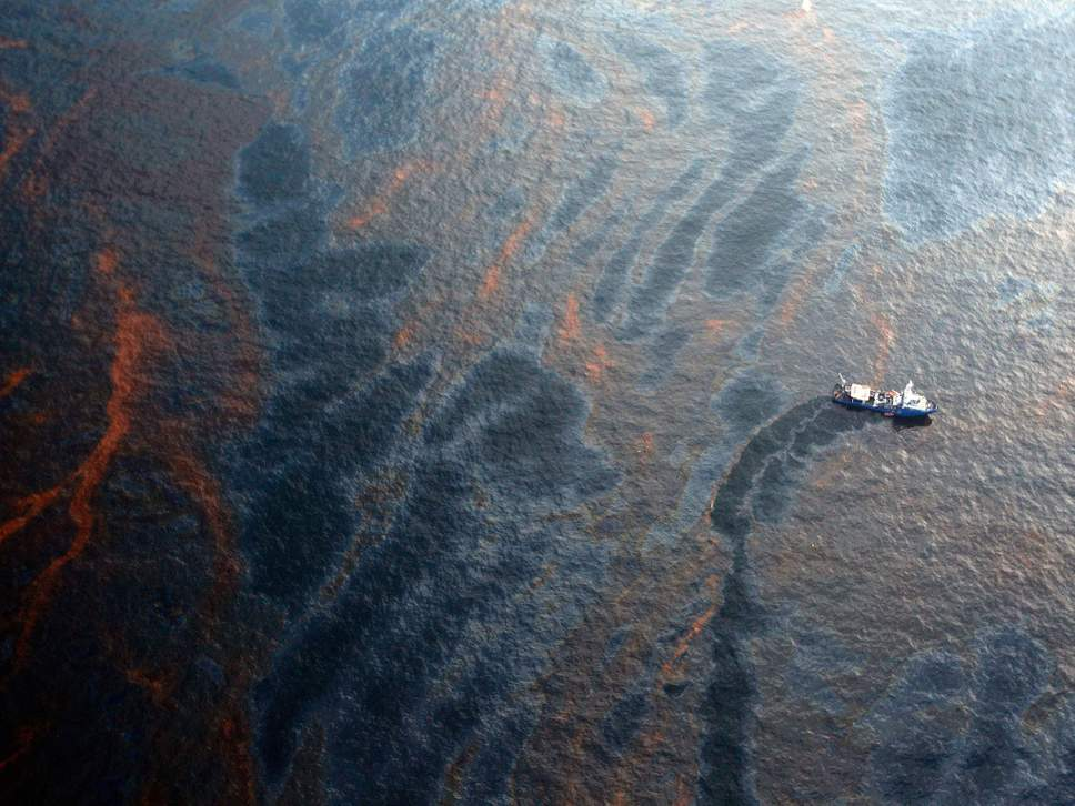 A boat works to collect oil that has leaked from the Deepwater Horizon wellhead in the Gulf of Mexico ( Getty )