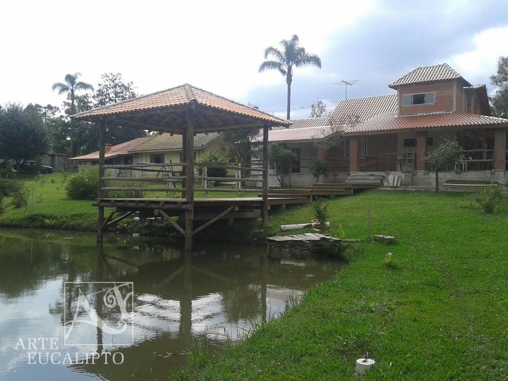 Estrutural em troncos de eucalipto Citriodora sobre a água e deck