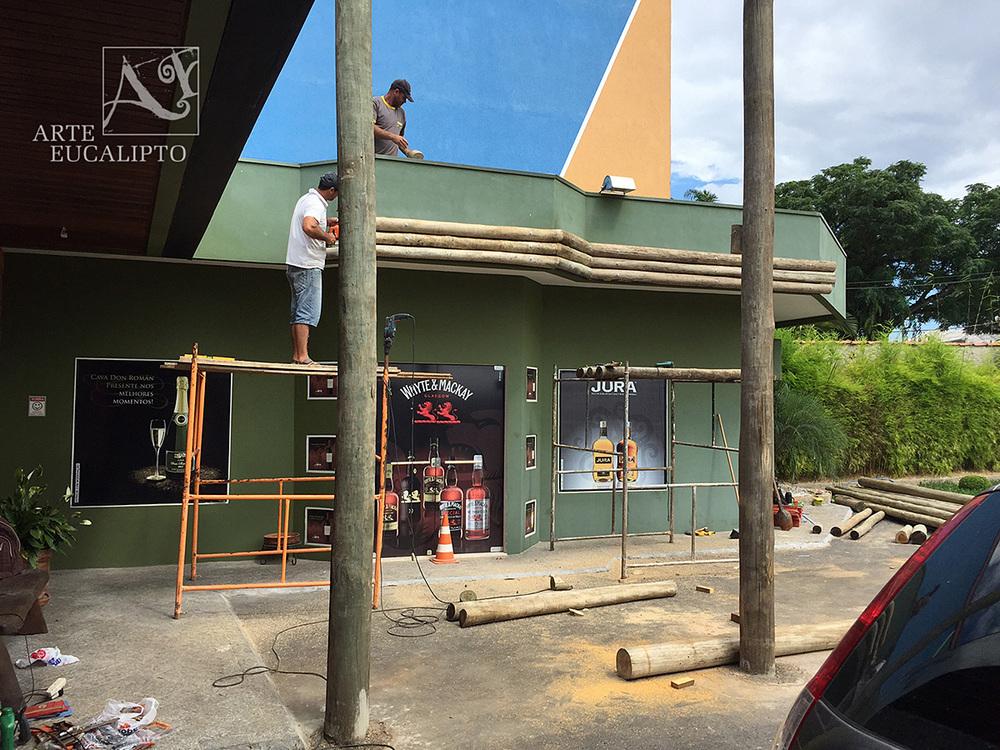 Estrutural e inicio fachada em troncos de eucalipto espécie Citriodora