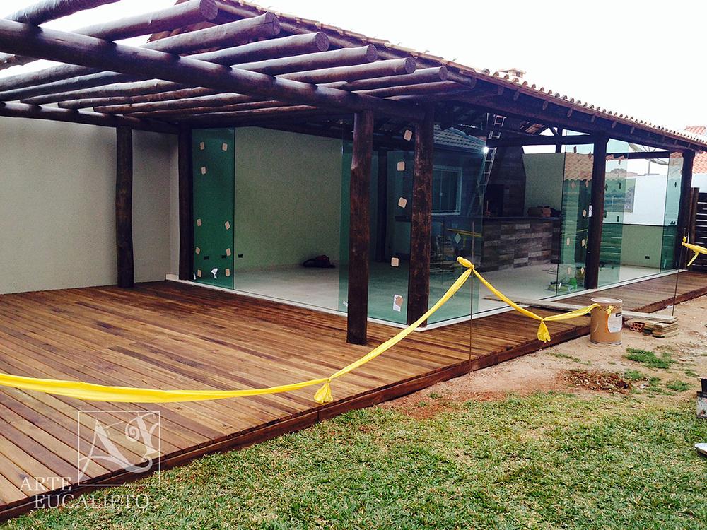 Deck + pergolado integrando o ambiente