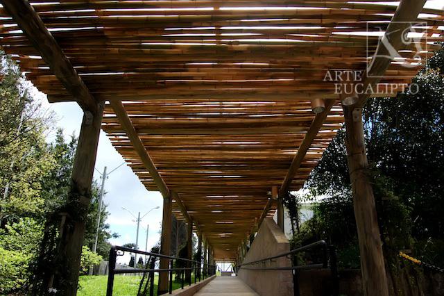 Pérgola passarela intercalando Eucalipto autoclavado e Bambú