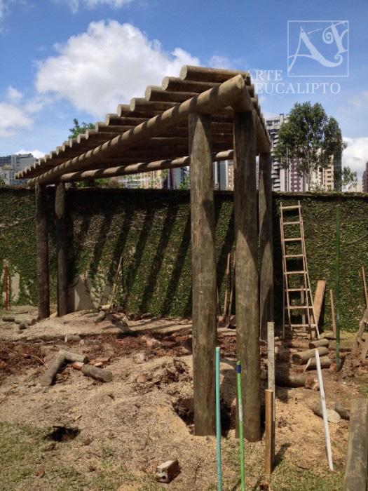 Pérgola modelo triângulo com pé direito duplo em Eucalipto Autoclavado Citriodora , Bigorrilho , Curitiba - Pr
