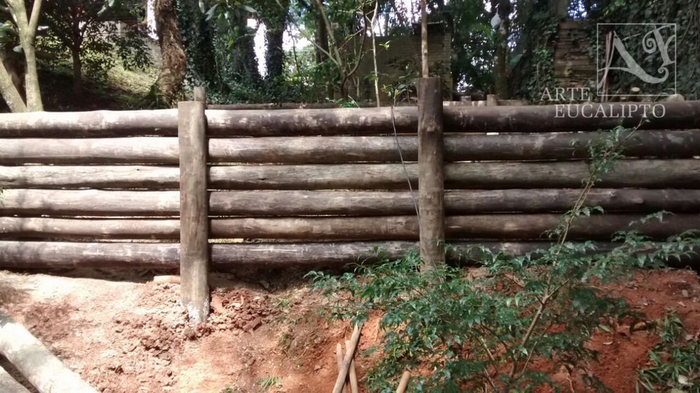 Arrimo em troncos de eucalipto Cond Jardins do Batel , Curitiba - Pr