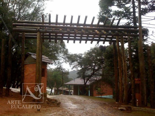 Portal em troncos de Eucalipto autoclavado , Colombo - Pr