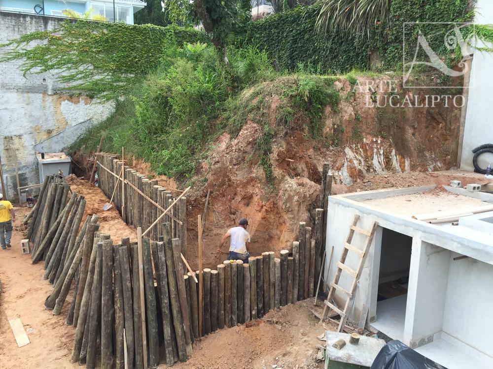 Contenção arrimo em troncos de Eucalipto Citriodora Autoclavado , Barigui Curitiba- Pr