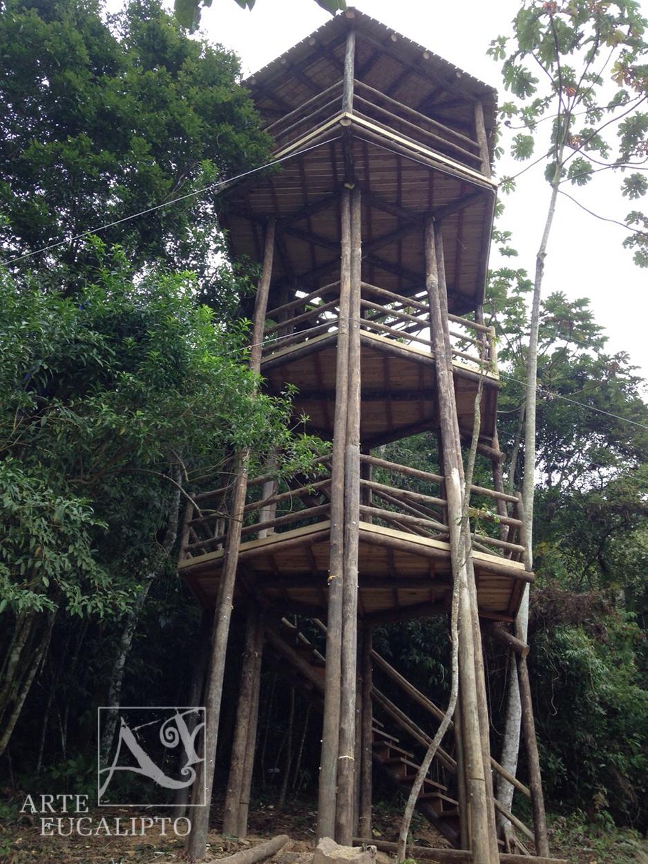 Torre mirante em troncos de eucalipto autoclavado espécie Citriodora em Itajaí - Sc