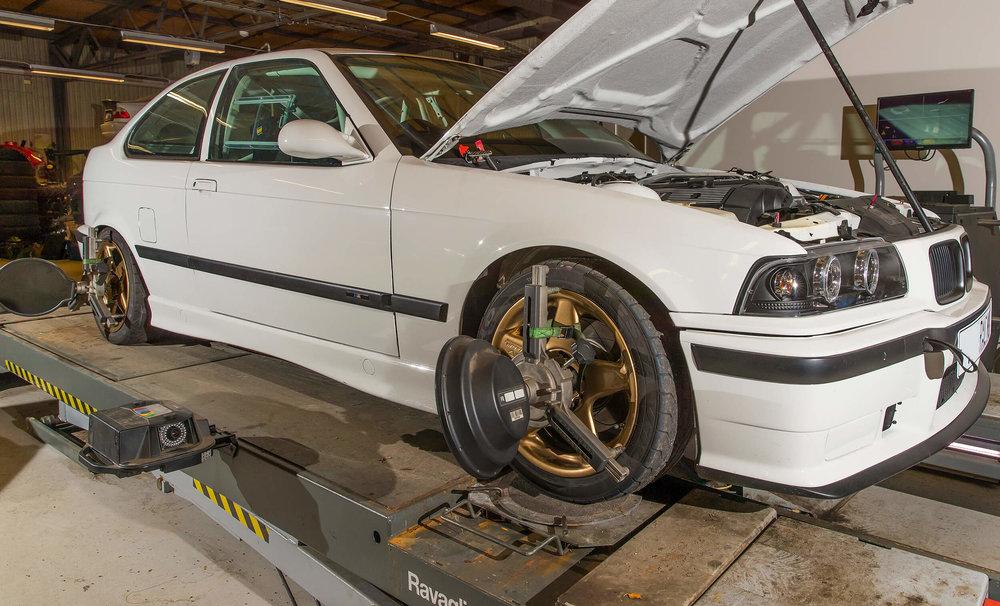 Vi ställer in dina hjul . Resultat: bättre vägegenskaper, inga snedslitna däck.