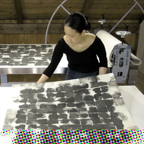 Eunice Kim - La artista en el estudio con la serie Tessellation