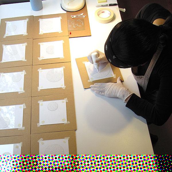 Eunice Kim - Las marcas de puntos creadas por la pasta de modelar - todos ellos esculturas en miniatura formadas, modeladas, y pulidas a mano- son los elementos básicos de las planchas y la imaginería en las colagrafías de Eunice