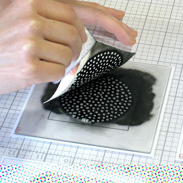 Eunice Kim - Sacando una impresión de un monotipo de colagrafia, que será ensamblada en material compuesto para la serie Tessellation