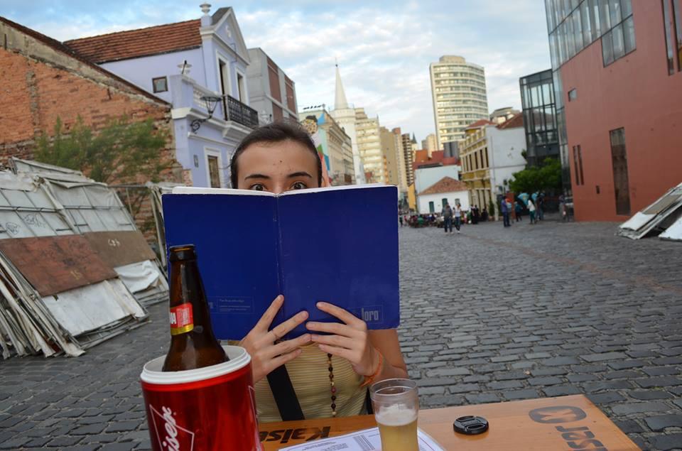 Eu tomando cerveja e filosofando com amigos, no centro da cidade