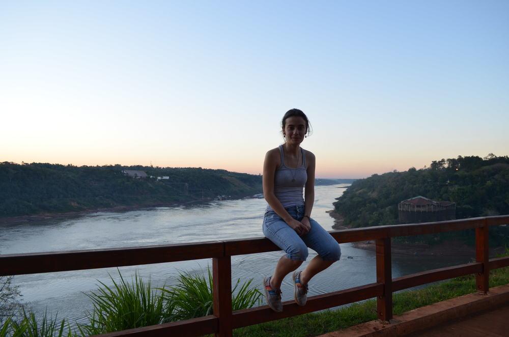 En Puerto Iguazu - Argentina con vista para la frontera de Brasil (izquierda) y Paraguay (derecha). / Em Porto Iguazu-Argentina com vista para a fronteira do Brasil (esquerda) e Paraguay (direita).