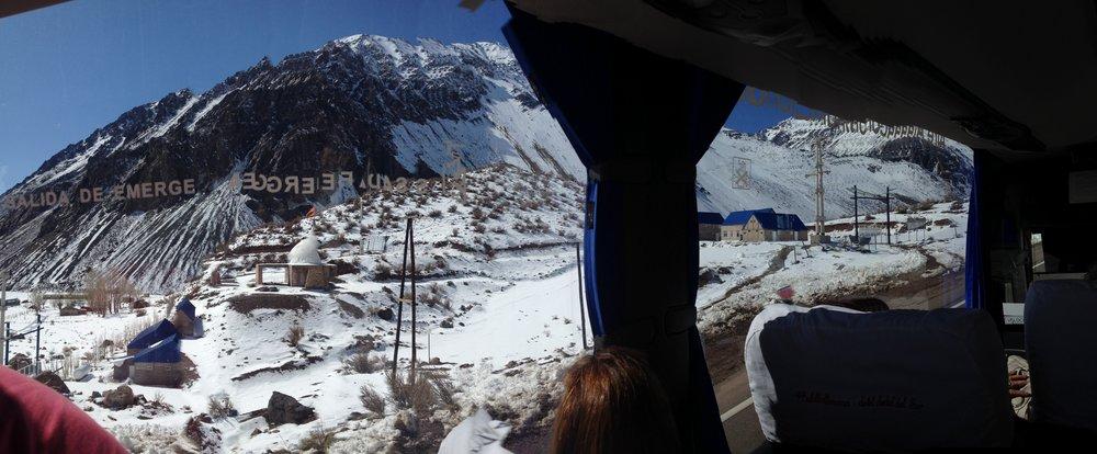Vista de la cordillera en la frontera entre Argentina y Chile - viaje en bus de 40 horas