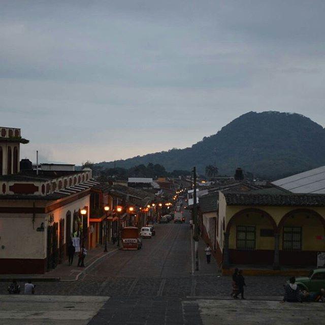 Xico es otro pueblo mágico de Veracruz. Llegue al atardecer y solo se escuchaban los pajaros yendo a los árboles a dormir. Caminando por sus calles, a uno le parece que está en un pueblo mágico como Macondo. Casas de color, olor a mole, licores y calles llenas de piedra. Ya está en mi memoria poética.