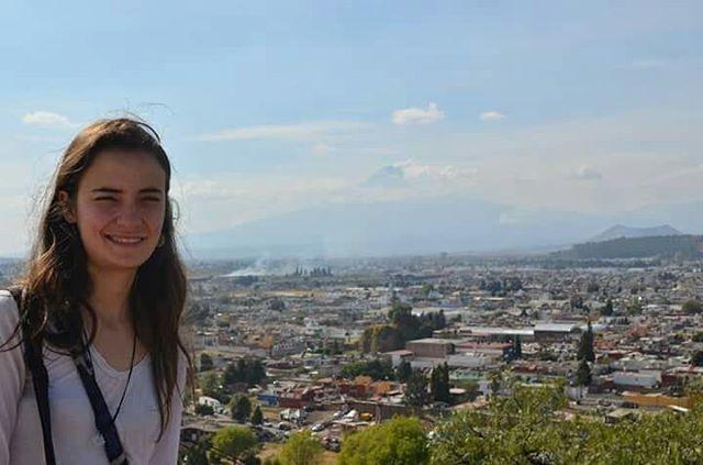 Trayendo algunas fotos que no habia pasado, de mis viajes por el interior de México: San Pablito, Puebla, Oaxaca, Veracruz. He vivido momentos muy fuertes. Ahora que estoy parada, puedo evaluar mi viaje y mi manera de ser. Realmente soy una viajera; el viaje me define. Creo que una montaña puede hacer latir mi corazón más que un celular nuevo o un sueldo al fin de mes. Me inspira mas el ir y venir, el despedirse y reencontrarse, de que relaciones monotonas o por conveniencia. Mucha gente piensa que hay que tener mucha lana para viajar. Yo confieso que depende del tipo de viaje que haga. Lo que yo puedo decir es que ser una viajera como estilo de vida, no es lo mismo que estar en vacaciones. Requiere un coraje y un desprendimiento de la vida que no tiene comparación. Y asi fue Mexico para mi, una avalancha cultural, muchos momentos lindos con muchas personas, pero también soledad, miedo y dudas. Porque asi es la vida. Sin embargo, extraño tanto a ese país, lo que quiere decir que vivi de verdad, en mi esencia! Que la ganancia fue positiva.