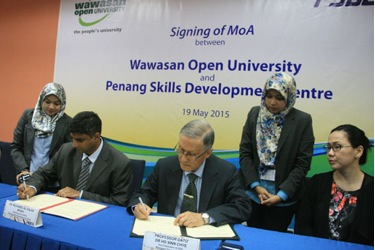Prof Ho and Muhamed Ali (left) sign the MoA as Dr Wendy (right) looks on