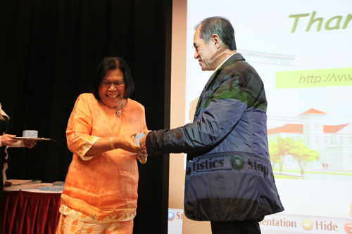 Puan Kamsiah is all smiles as she receives the award.