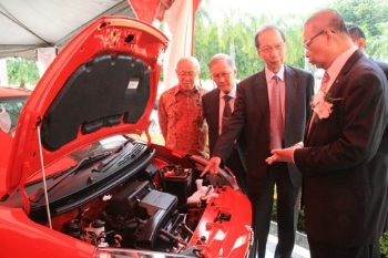 Datuk Aminar (right) explains about the Axia model.