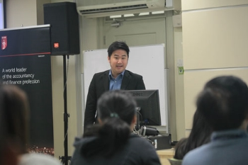 Ethan Neo of ICAEW engages with the ODL students.
