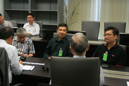 Choo (foreground, centre) presents his views.
