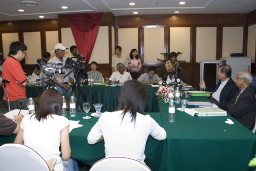 Dr Lim and WOU VIce Chancellor Dato' Emeritus Prof Gajaraj Dhanarajan speak to the press after the 7th Council Meeting.