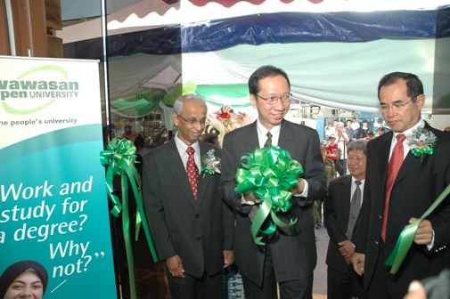 Dr Koh cuts the ribbon to officially open the Regional Office.