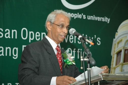 Prof Dhanarajan delivers his welcoming address.
