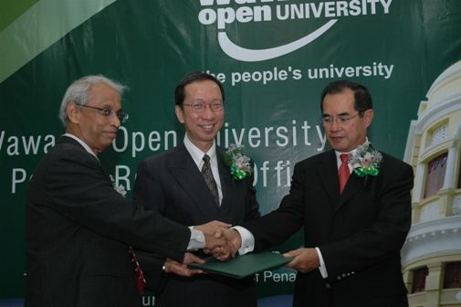 Dato' Stephen Yeap (right) symbolically hands over Wisma Behn Meyer to WOU witnessed by Dr Koh.