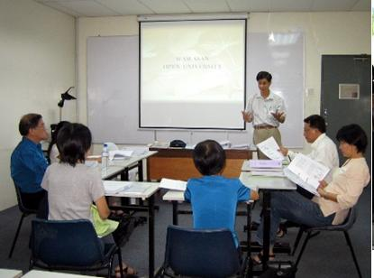 School of Business & Administration Dean Prof Cheah Kooi Guan facilitating course-specific discussions.