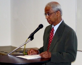 WOU Vice Chancellor Tan Sri Emeritus Prof Gajaraj Dhanarajan speaks at the orienation in KLRO.