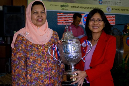 Toh Puan Majimor presents the trophy to tournament champion Datin Chan Lai Ngoh.