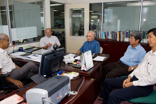 Prof Norris and Prof Drake chat with Prof Dhanarajan. Also present were Deputy Vice Chancellor (Academic) Prof Wong Tat Meng and Prof Cheah (right).