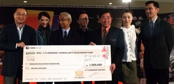CP Group Executive Chairman Tan Chew Piau (left), representing CP Landmark Sdn Bhd, hands a RM1 million mock cheque to Deputy Information Minister Datuk Seri Chia Kwang Chye, witnessed by Tan Sri Emeritus Prof Gajaraj Dhanarajan, after the talk show.