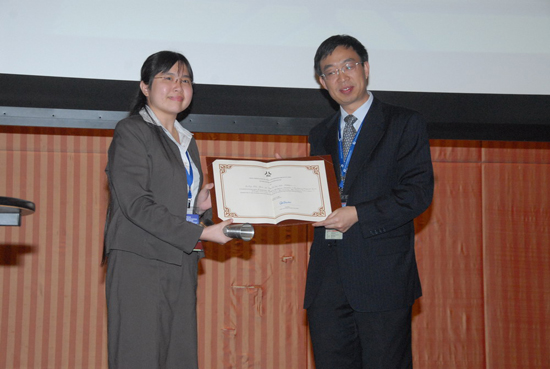 Teoh receiving the silver medal for her paper.