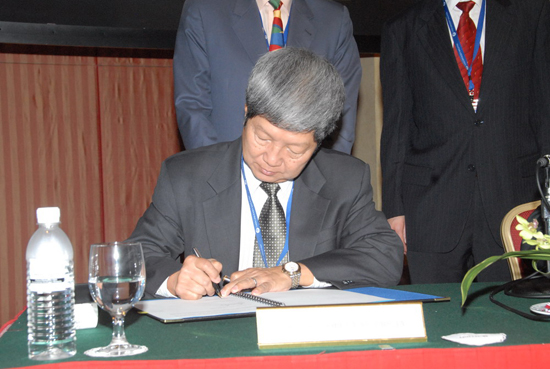 Prof Wong signing the MoU.