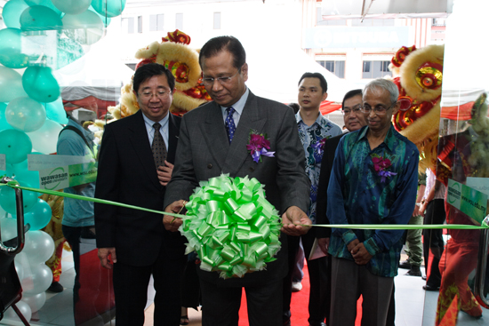 (from left): Chia, Abdul Ghani, JBRO Director Ng Peng Long and Prof Dhanarajan at the ribbon-cutting ceremony.