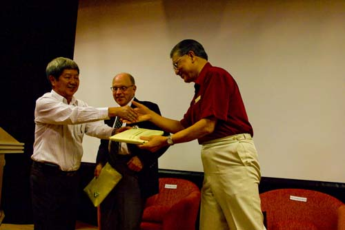 Prof Wong thanks Dato' Sharom and Prof Loomis.