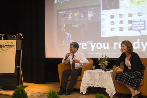 Prof Wong chairs the Q&A session.