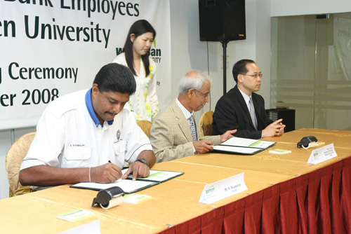 MoU signing by NUBE President S.Sivabalan and WOU Vice Chancellor Tan Sri Emeritus Prof Gajaraj Dhanarajan. At right is Deputy Vice Chancellor (Operations) Dr Seah Soo Aun.