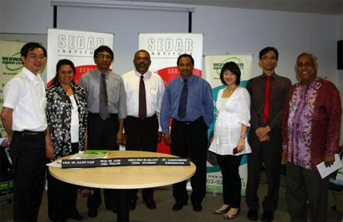 Dr U K Menon (right), Khaw (left), and SEDAR deputy director-general Ng Yeen Seen (3rd from right) with the panel speakers.