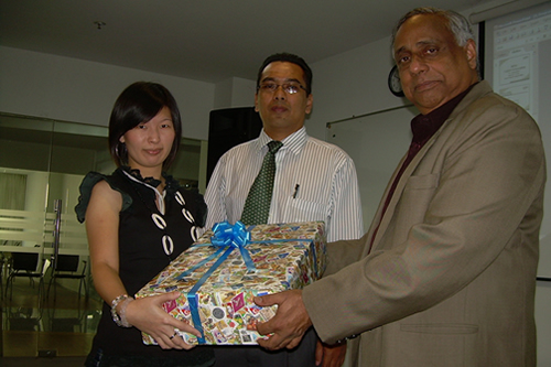 WOU Deputy Vice Chancellor U K Menon (right) hands Yong her prize. At centre is Kuala Lumpur Regional Office Director Abdul Rahman Sidek.
