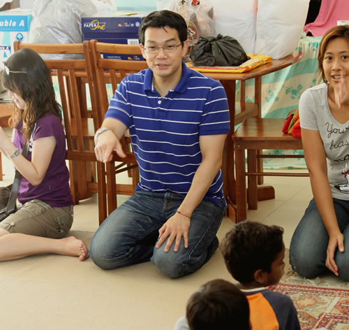 Dr Andy (centre) and SRC secretary Choy Paik Lin (right) interact with the kids.