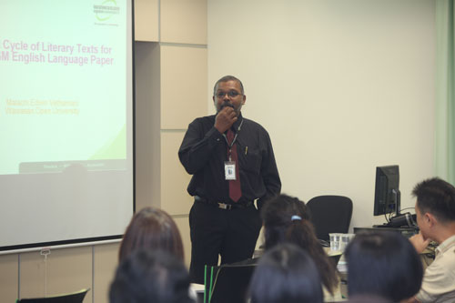 Assoc Prof Dr Edwin conducts the workshop.
