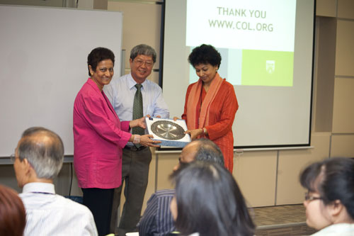WOU Vice Chancellor Prof Wong Tat Meng presents a souvenir to the speaker. At left is School of Foundation & Liberal Studies Dean Prof Mogana Dhamotharan who chaired the session.
