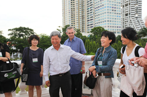 Prof Wong Tat Meng (centre) shares a light moment with Prof Insung Jung (2nd from right).