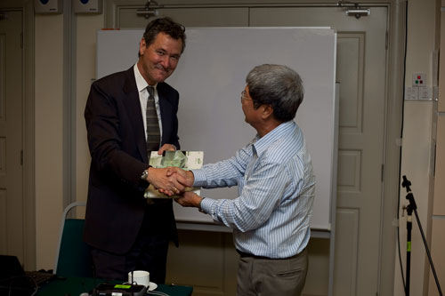 WOU Vice Chancellor Prof Wong Tat Meng presents a gift to the speaker.