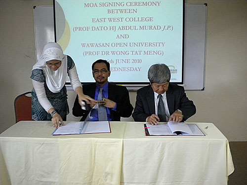 Prof Wong (right) and Prof Abdul Murad sign the MoA.